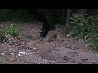 الأحذية الجلدية ذات الكعب والسراويل الحرير في الطين اللين
