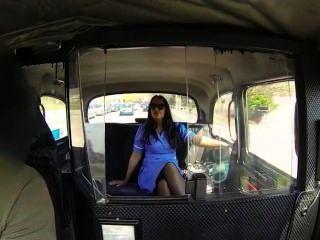 ممرضة في زيها مارس الجنس في سيارة أجرة وهمية