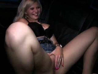 الملاعين شقراء في سيارة أجرة في حين تسجيل زوجها