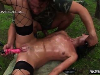 امرأة سمراء لذيذ الحصول مارس الجنس من الصعب شرجيا في الهواء الطلق