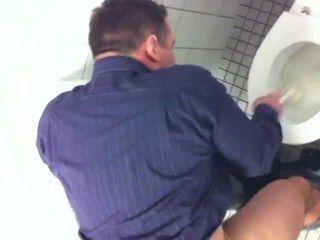 التجسس على أبي goodlooking في المماطلة المرحاض