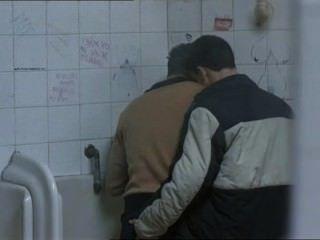 التقى اثنين من اللاعبين الساخنة في المراحيض العامة و...