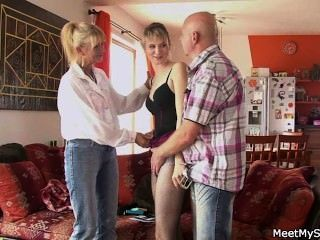 لديها الثلاثي مع والديه القديم