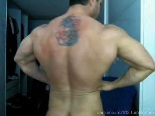 قطعة كبيرة العضلات cums في مرتين على كام.