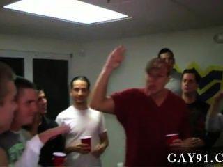 فيديو مثلي الجنس هؤلاء الأولاد مثيرة للسخرية إلى حد ما.لأنهم وصلوا هؤلاء الناس 2 أن