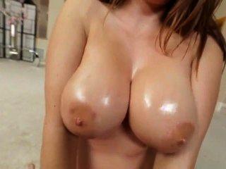 ضخمة الثدي فاتنة أليسون تايلر يعطي الثدي النفط وظيفة في بوف