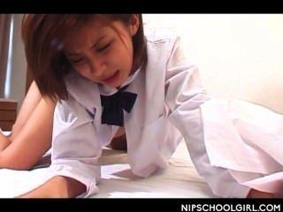 اليابانية فتاة المدرسة العضو التناسلي النسوي مسمر اسلوب هزلي لأول مرة