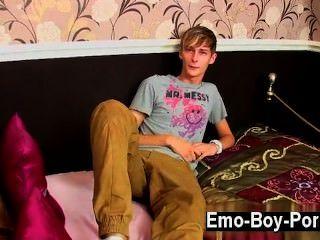 مثلي الجنس الفيديو كونور ليفي هو واحد ضئيلة وبارد المتأنق البريطاني الذي لديه حقا