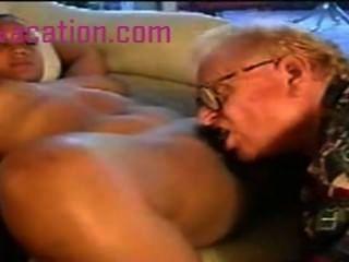 هو مارس الجنس سيدة سوداء مع الثدي كبير من قبل الرجل الأبيض القديم