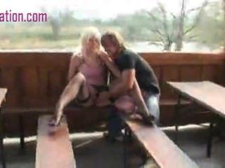 فتاة مص الديك والحصول على كس مارس الجنس في الحديقة
