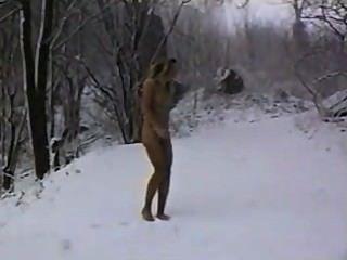 عارية في غابة الشتاء