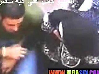 العربية فتاة يعطي HANDJOB