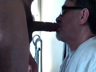 هذا الرجل يعرف كيف يمارس الجنس الوجه.