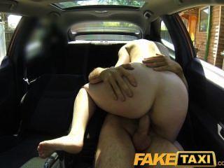 امرأة الفاخرة faketaxi تدفع المال جيدة لاللعنة