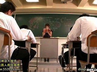 هاجمت الفتيات اليابانية المعلم الخاص شهواني في university.avi