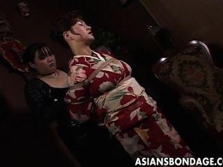 يحصل تعادل جبهة مورو اليابانية في ثوب واسع فضفاض يصل