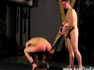 مثلي الجنس الجنس مكبلة على مقاعد البدلاء مع فتحة له على المعرض، كريستيان لأول مرة للغاية