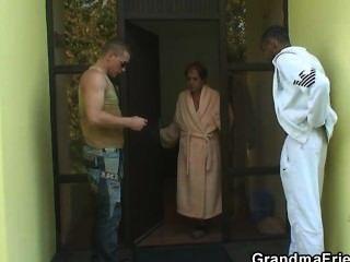 اثنين من الرجال دعوة لل3some مع الكلبة القديمة