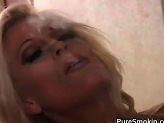 التدخين جبهة مورو شقراء وتظهر بوسها