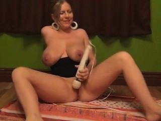 اللعب مع الدمى، والتدخين، والتدفق عصير المعتوه من titties ضخمة!