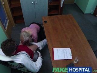 شقراء fakehospital يغوي الطبيب للحصول على طريقتها الخاصة