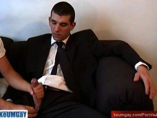 suitetrouser الرجل يحصل wanked صاحب الديك ضخمة جدا من قبل الرجل على الرغم من له!
