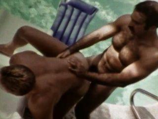 سمين خمر مثلي الجنس رمز ذكوري برونو الملاعين جوش كينكيد في الهواء الطلق بجانب حمام السباحة