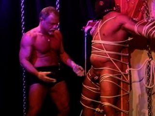 بن مثلي الجنس وتاباسكو على الديك والكرات.