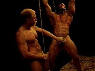 لدي لاعب كمال اجسام ضخمة في العبودية بينما كنت سحق الكرات له.