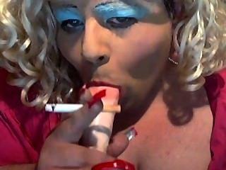سيسي ديان يحب التدخين ومص