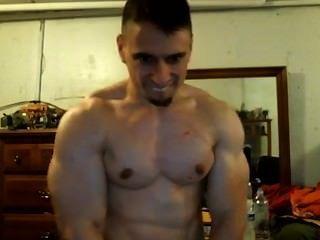 توني د كمال الاجسام مغرور flexs العضلة ذات الرأسين له ويتطلب منك أن ترسل له بعض