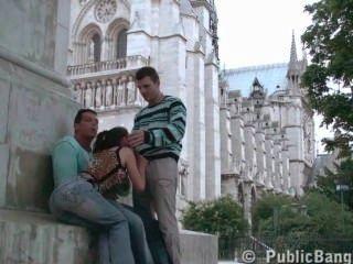 الجنس الساخن في الأماكن العامة!تبين أنها من طفل!