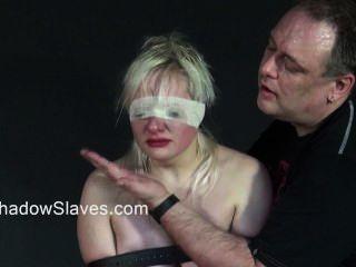 في سن المراهقة الشقراء slavegirls النشوة الخام والجلد في قفص من الشباب دون الهواة