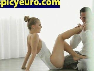 في سن المراهقة الطابق راقصة الباليه الأوروبي اللعنة لها حلق