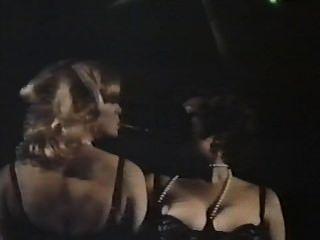 جاسوسين الإناث مع سراويل مزهر (1979) فيلم كامل