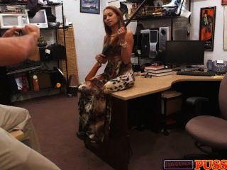 امرأة سمراء مع بندقية وكبيرة الثدي