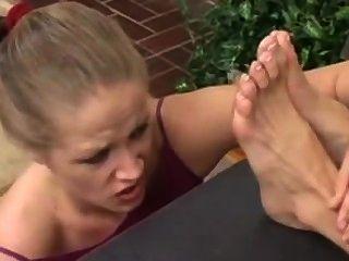 فتاة يعبد لها زعماء أقدام قذرة