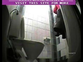 كاميرا خفية في مرحاض عام
