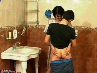 الأم وابنها الحمام الحصري الاباحية