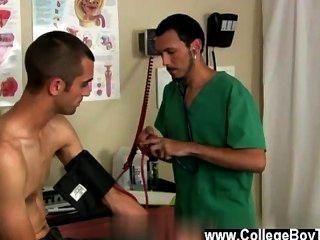 رجال عراة الطبيب ومريضه وصلت الى انتهاء المقابلة للامتحان