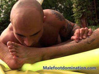 كمال الاجسام malefootdomination القدم ذليلة