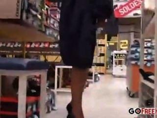 امرأة في متجر للتسوق يجلس وتكشف نفسها