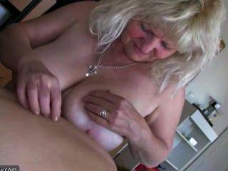 مسنة الدهون امرأة الجدة لها متعة