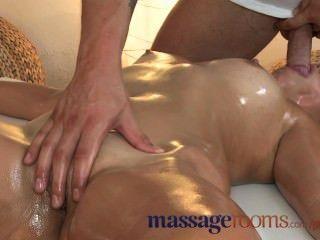 قاعات للتدليك امرأة سمراء صغيرة يحصل لها ثقب ضيق مارس الجنس من قبل عشيق الأصغر