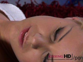 تقبيل HD الكمال فاتنة شقراء الشباب تقبيل بطيء وعميق