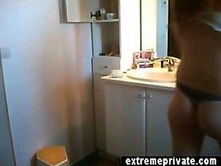 أحمر الشعر جبهة مورو آن عارية في الحمام