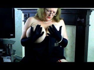 سالي ناضجة في مساء اللباس، وقفازات سوداء طويلة.