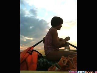 مراهقون الملاعين في قارب في البحيرة