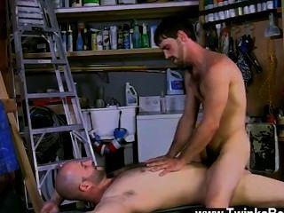 جو مثلي الجنس الساخن هو رجل حقيقي، وديفيد يحصل بالتأكيد خارج على ذلك