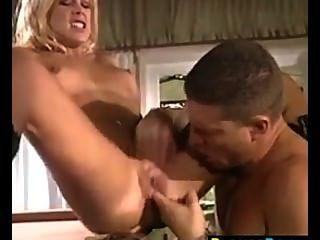 مثير فتاة شقراء مارس الجنس في بعقب